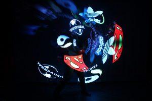 Licht Jongleur Lightpainting Show bei Leinup Künstleragentur